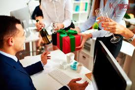 Tặng quà đồng nghiệp nên mua gì hợp lý.